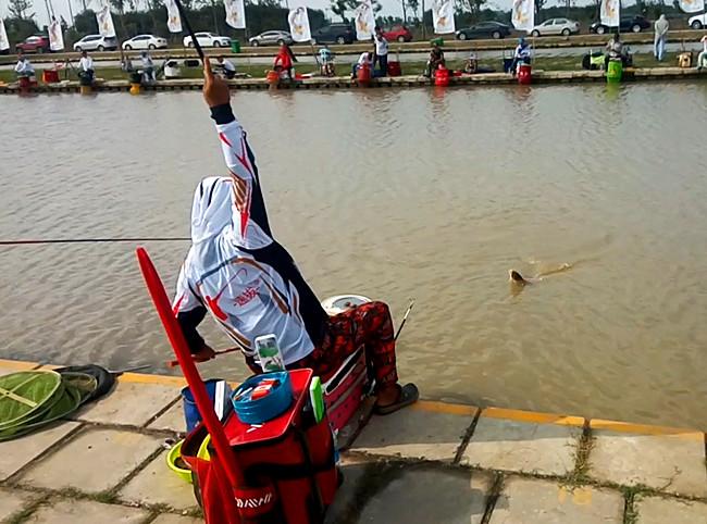 速拔哥在参加大型钓鱼比赛